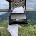 Дамска ежедневна чанта в черен цвят с релефен лак-1159