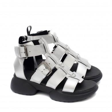 Дамски сандали от естествена кожа в цвят сребро с ефектно закопчаване на комфортно ходило-1717