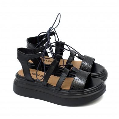 Модерни дамски сандали от естествена кожа в черен цвят и лачен змийски мотив в предната част на удобно ходило-1743