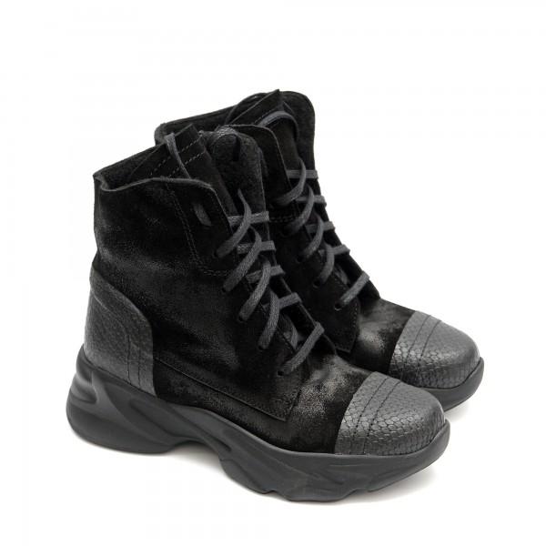 Дамски боти в нежна комбинация от естествена кожа и велур на спортно ходило в черен цвят-1470