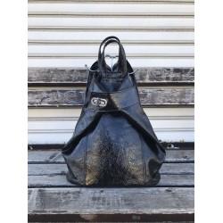 Лачена дамска раница в черен цвят с ефектно закопчаване-1482