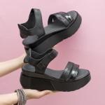 Черни дамски сандали от естествена кожа с акцент лак и лъскав ефект на удобна платформа-1682