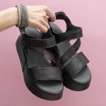 Модерни дамски сандали в черен цвят от естествена кожа с лъскав ефект на удобна платформа-1690