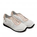 Дамски спортни обувки от естествена кожа в бяло и пудра с връзки и капси-751