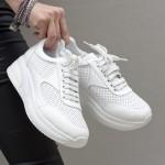 Бели дамски обувки от естествена кожа с връзки и декоративна лазерна перфорация-1650