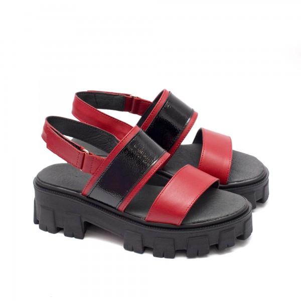 Дамски сандали в комбинация от червена кожа и черен лак, закопчаващи се с велкро лепенка около глезена-1671