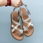 Удобни дамски сандали от бяла естествена кожа със сребристи преплетени каишки-875
