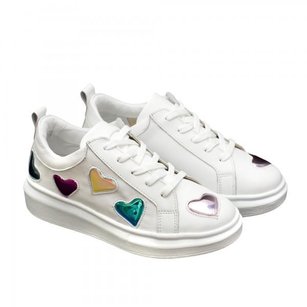 Дамски спортни обувки от естествена кожа в бяло с ефектни шарени сърца-810