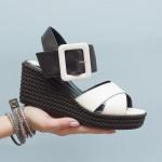 Дамски ежедневни сандали решени с олекотена платформа от естествена кожа и ефектно закопчаване в бяло и черно-1609