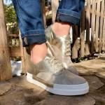Дамски обувки в златиста кожа и велур с ефектни връзки-01